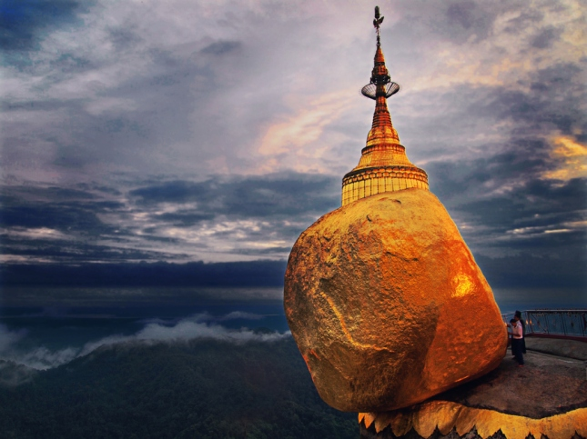 29-photos-that-will-inspire-you-to-travel-golden-rock-in-mayanmar
