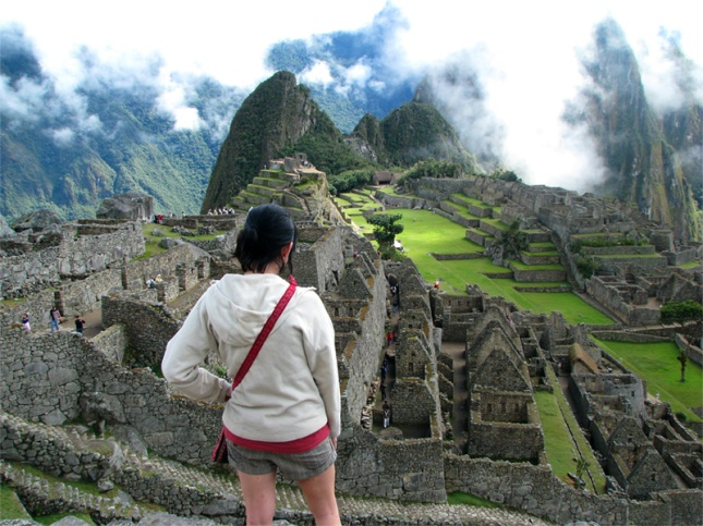 29 Photos That Will Inspire You To Travel-volunteer-at-machu-picchu